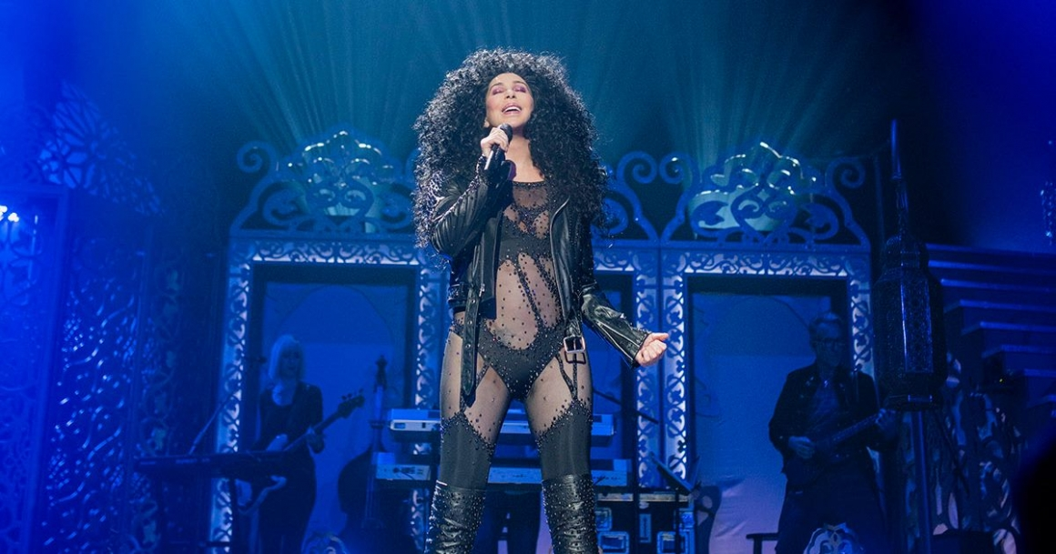 Foto: Cher in haar iconische zwarte 'If I could turn back time'-outfit
