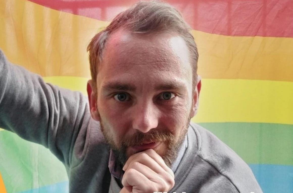 Christophe Ramont poseert voor regenboogvlag