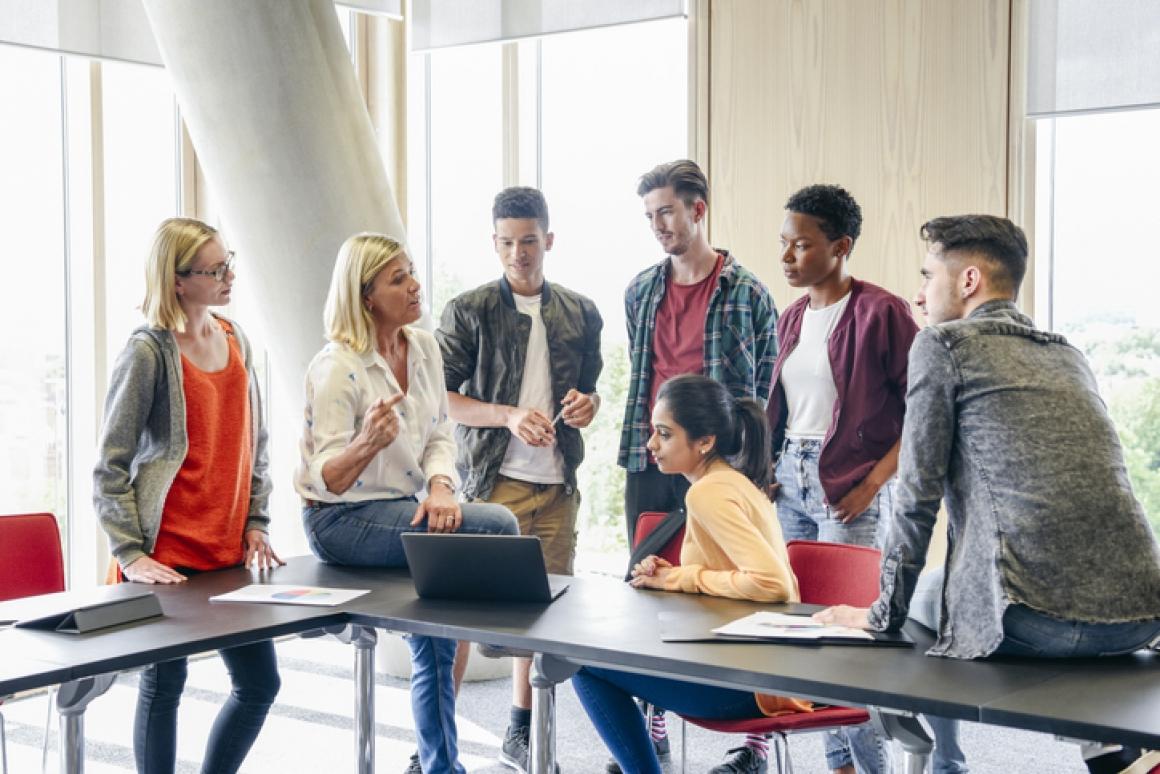zes studenten luisteren naar leerkracht