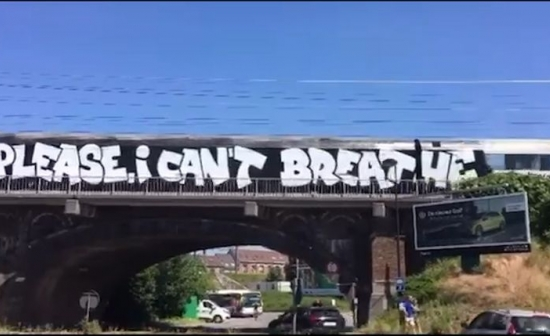Trein waarop 'Please, I can't breathe' in graffiti opgespoten staat