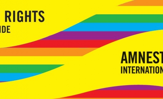 Logo van Amnesty International met de regenboogvlag en de tekst 'Human rights are my pride'