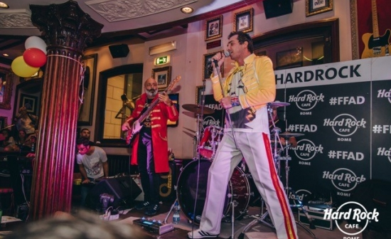 Queen imitator in Hard Rock Café Rome