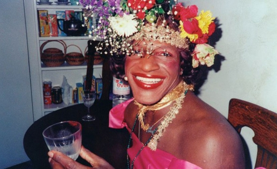 Een lachende close up van Marsha P. Johnson