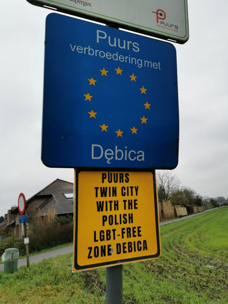 "Een bord van Puurs-Debica met daaronder ""Puurs twin city with the Polish LGBT-free zone Debiça"""